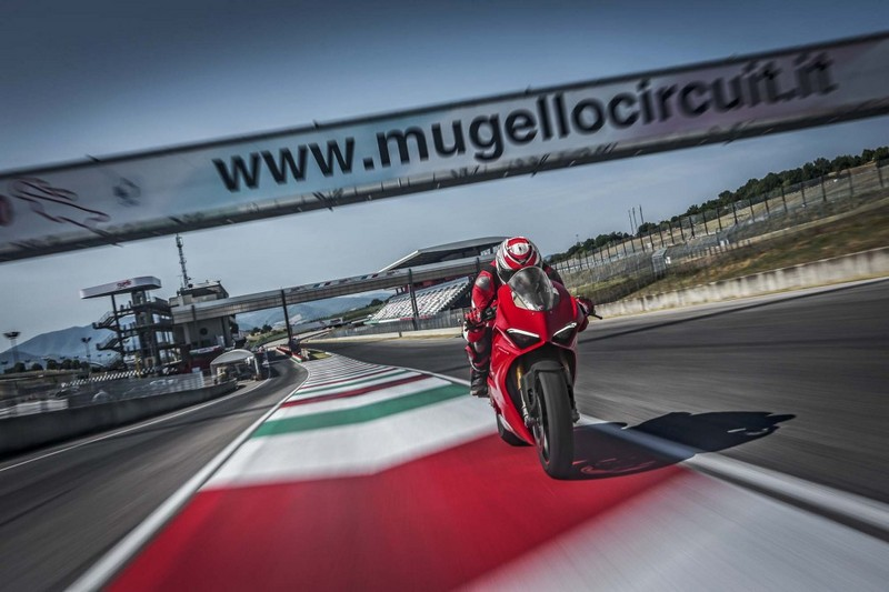 ducati panigale v4s action 14