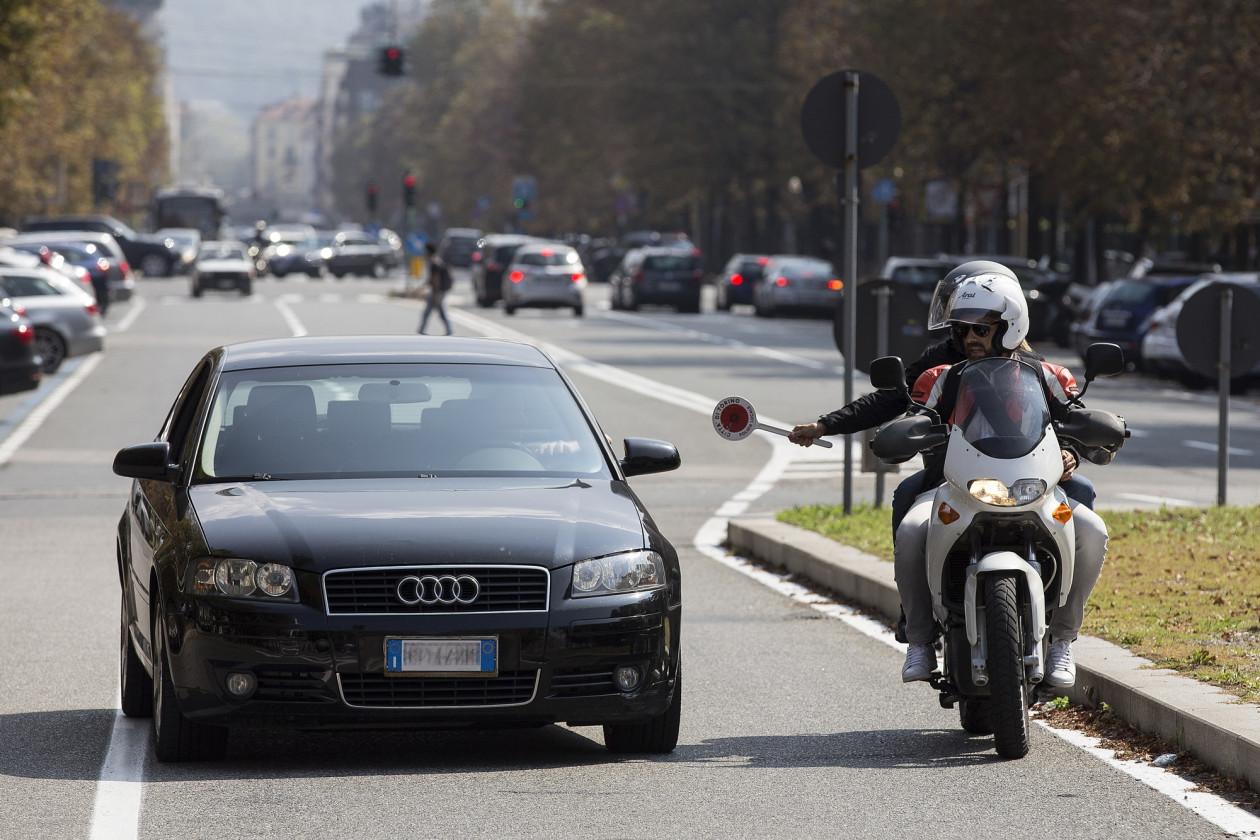 Αστυνομικοί με πολιτικά στην Ιταλία σταματούν οδηγούς που μιλούν στο κινητό